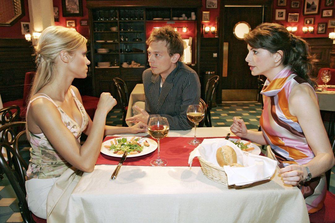 Als Jürgen (Oliver Bokern, M.), der misstrauisch geworden ist, während eines Essens von Sabrina (Nina-Friederike Gnädig, l.) und Mariella (Bianca He... - Bildquelle: Noreen Flynn Sat.1