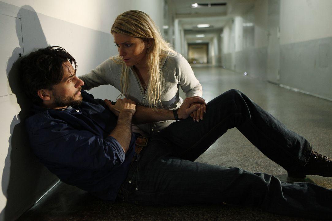 Erst spät gesteht Lizzy (Jeanette Biedermann, r.) Conrad (Stephan Luca, l.), dass sie die gesuchte Zeugin ist und der Anschlag eigentlich ihr galt.... - Bildquelle: Daniela Incoronato SAT.1
