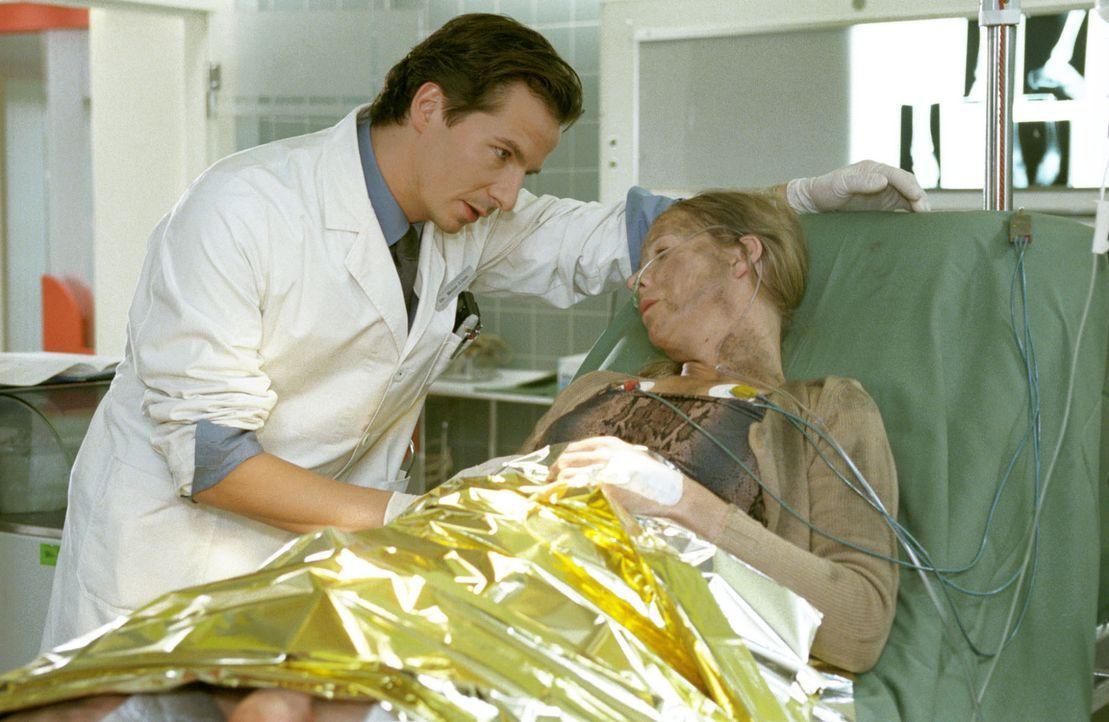 Christina Schanze (Christine Röthig, r.) ist bei einer Gasexplosion schwer verletzt worden. Dr. Meier-Liszt (David C. Bunners, l.) versucht, ihre Sc... - Bildquelle: Noreen Flynn Sat.1