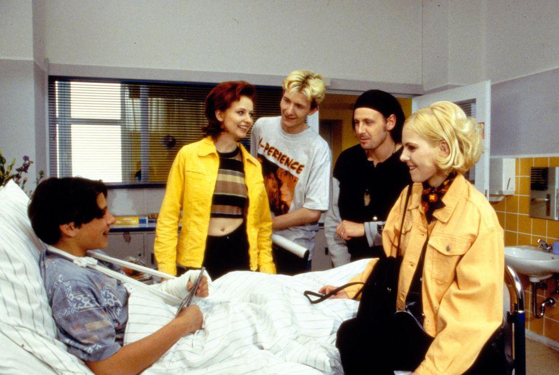Natalie (Ivonne Schönherr, r.) hat eine große Überraschung für Sebastian (Toni Snetberger, l.): Plötzlich steht sie mitsamt der berühmten Popgruppe... - Bildquelle: Krajewsky Sat.1