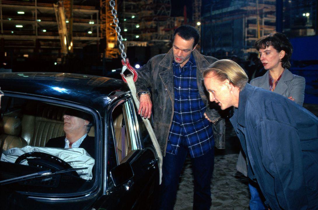 Der Prominentenjuwelier Nussbaum wird erdrosselt aufgefunden. Bei seinen Ermittlungen stößt Thomas Kopper (Hannes Jaenicke, l.), sein Assistent Kaki... - Bildquelle: Pausch