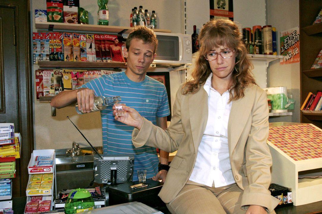 Lisa (Alexandra Neldel, r.) ist maßlos enttäuscht über Davids Verhalten - und findet ein offenes Ohr bei Jürgen (Oliver Bokern, l.). (Dieses Foto vo... - Bildquelle: Noreen Flynn Sat.1