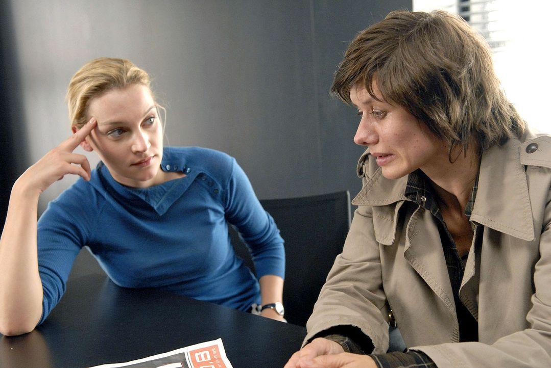 Marie (Jana Klinge, l.) erfährt von Jeannette (Anne Weber, r.), der Lebensgefährtin der Toten, dass diese schon seit Längerem bedroht wurde ... - Bildquelle: Christoph Assmann Sat.1
