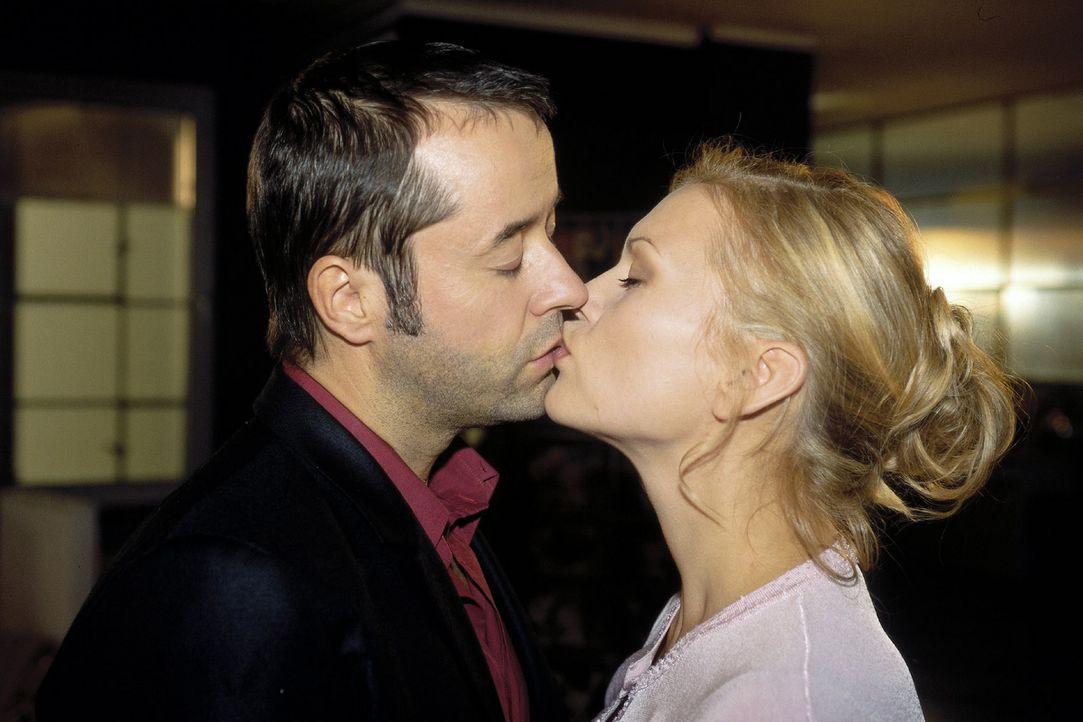 Ende gut, alles gut: Martin (Jan Josef Liefers, l.) und Linda (Anna Loos, r.) ... - Bildquelle: Katrin Knoke Sat.1