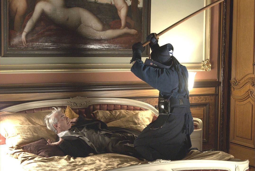 Noch eine Überraschung für den verdutzten Lukas (Christoph M. Ohrt, l.): In der Villa seines Bruders wird er plötzlich von einem Kendo-Kämpfer überw... - Bildquelle: Jacqueline Krause-Burberg Sat.1