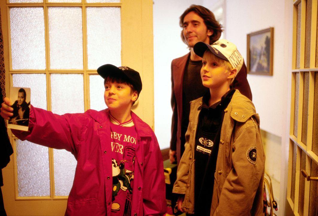 Uli Fichte (Dieter Landuris, M.) ist mit den Kindern seines Freundes Frieder Tamm, Till (Robert Voigt,re.) und Jonas (Nicolas Wöhlke, l.), auf der S... - Bildquelle: Christian Charisius ProSieben/Charisius