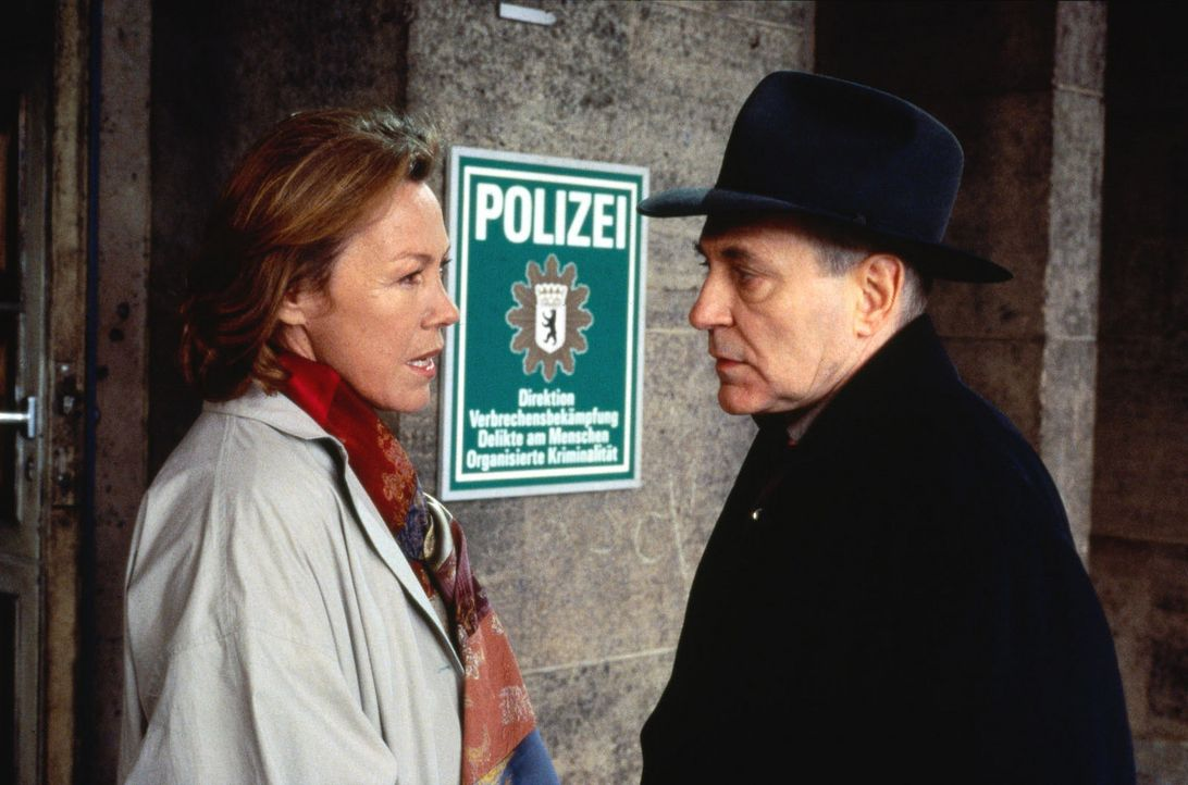 Karl Gebeler (Peter Fitz, r.) und seine Frau (Gaby Dohm, l.) suchen gemeinsam die Polizei auf, da sie glauben, den Tod von Albrecht Gebeler verschul... - Bildquelle: Alfred Raschke Sat.1