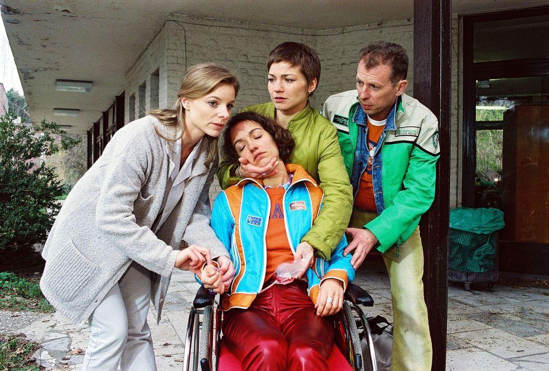 Die schwer kranke Meike Schmidt (Roswitha Szyszkowitz, M.) ist zusammengebrochen. Ihr Freund Holger Busenius (Dieter Brandecker, r.) versucht, gemei... - Bildquelle: Noreen Flynn Sat.1