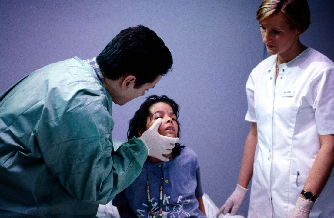 Dr. Kampmann (Ulrich Reinthaller, l.) untersucht den fieberkranken Felix (Jascha Salimi, M.). Schwester Hilde (Heike Jonca, r.) hat dafür in der lee... - Bildquelle: Daehn Sat.1