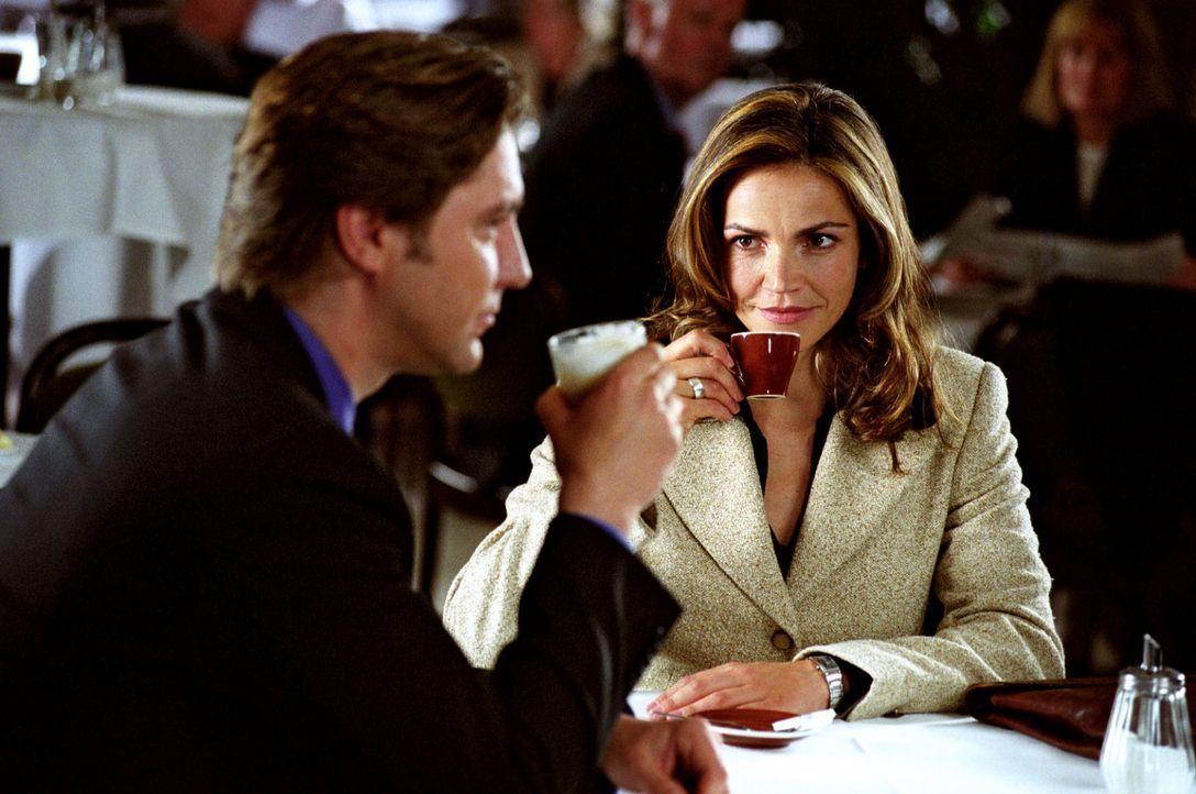 Staatsanwalt Falkner (Nicki von Tempelhoff, l.) lässt es sich nicht nehmen, Sandra (Rebecca Immanuel, r.) auf einen Kaffee einzuladen - unerlaubterw... - Bildquelle: Hardy Spitz Sat.1