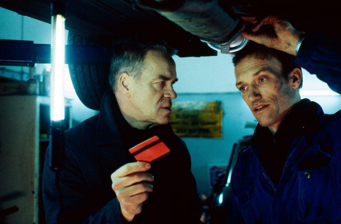 Kommissar Wolff (Jürgen Heinrich, l.) versucht über Bernd Stahl (Cornelius Dane, r.) herauszubekommen, wo Ismit zu finden ist. - Bildquelle: Alfred Raschke Sat.1