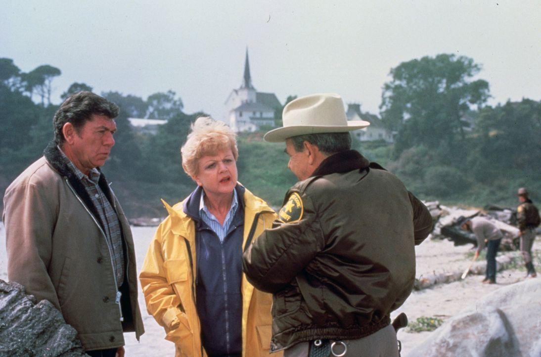 Jessica (Angela Lansbury, M.) bekommt Besuch von ihrem alten Freund Ethan Cragg (Claude Akins, l.). Von Sheriff Amos Tupper (Tom Bosley, r.) erfahre... - Bildquelle: Universal Pictures