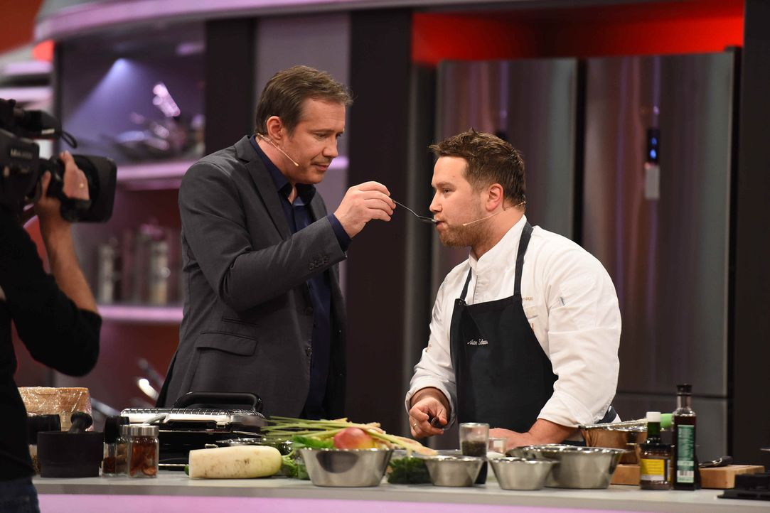 Beim Kampf der Köche heißt Moderator Alexander Herrmann (l.) unter anderem den erfahrenen Koch Anton Schmaus (r.) willkommen und lässt ihn gegen ein... - Bildquelle: Willi Weber SAT.1