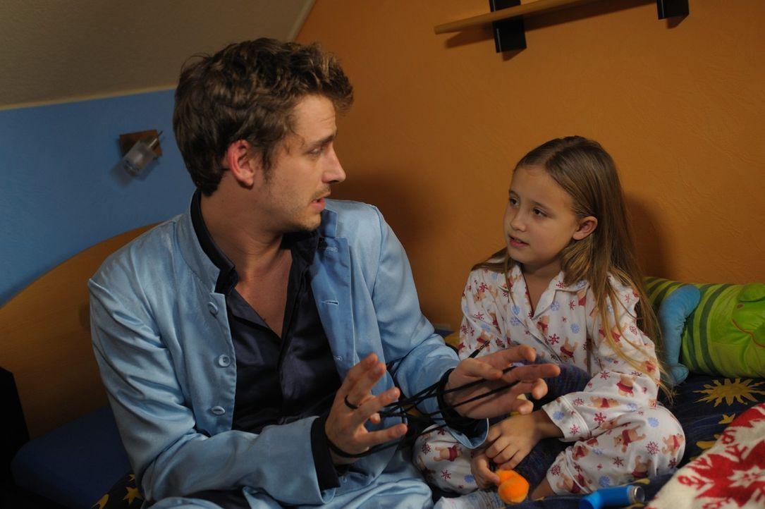 Nur Kinder und Tiere können Engel sehen und verstehen. Die kleine Nina (Chantal Hourticolon, r.) setzt all ihre Hoffnungen auf Uriel (Max von Thun,... - Bildquelle: Hardy Spitz SAT.1
