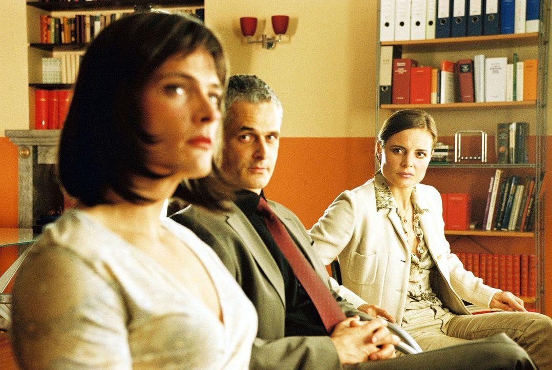 Rechtsanwalt Stüter (Norbert Ghafouri, M.) und Evelyn Sebold (Elisabeth Lanz, r.) verfolgen mit Spannung, ob Oliver Sebold (Andreas Pietschmann, l.)... - Bildquelle: Hardy Spitz Sat.1