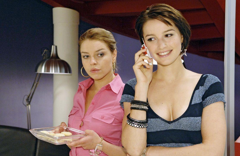 Beim Belauschen eines Telefonats kommt Katja (Karolina Lodyga, l.) eine Idee, ihre Konkurrentin Jana (Wanda Badwal, r.) loszuwerden. - Bildquelle: Claudius Pflug Sat.1