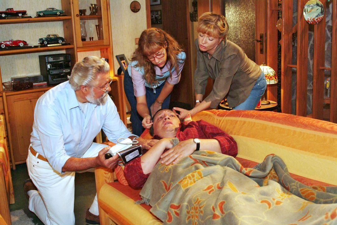 Bernd (Volker Herold, vorne liegend) geht es gar nicht gut - Helga (Ulrike Mai, r.) musste sogar den Hausarzt (Lothar Schadow, l.) rufen. Und das au... - Bildquelle: Monika Schürle Sat.1