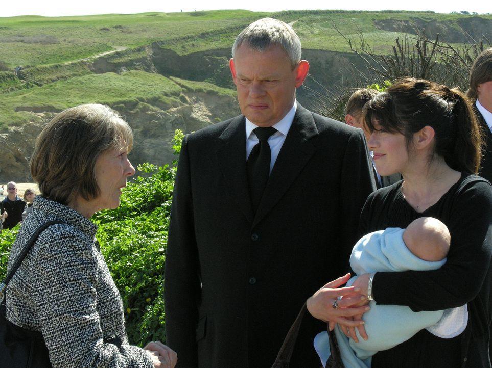 Portwenn versammelt sich, um Joan die letzte Ehre zu erweisen. Während Doc Martins (Martin Clunes, M.) Eltern nicht auftauchen, lernen er und Louisa... - Bildquelle: BUFFALO PICTURES/ITV