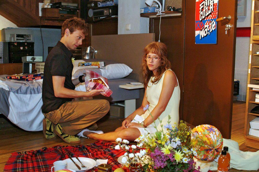 Lisa (Alexandra Neldel, r.) bereut insgeheim, sich für die Verabredung mit Jürgen (Oliver Bokern, l.) entschieden zu haben. In Gedanken ist sie ganz... - Bildquelle: Monika Schürle Sat.1