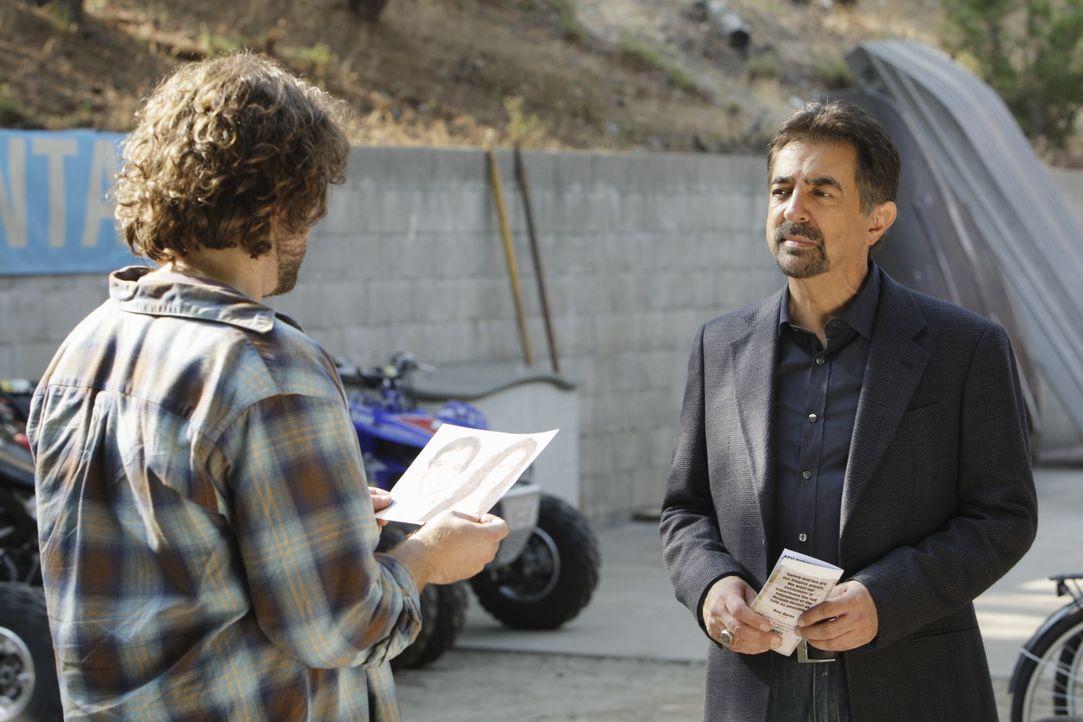Um den Täter zu finden, macht sich Rossi (Joe Mantegna, r.) und sein Team auf die Suche. Doch hat Ayres (Tom O'Keefe, l.) etwas damit zu tun? - Bildquelle: Sonja Flemming 2008 ABC Studios. All rights reserved. NO ARCHIVE. NO RESALE. / Sonja Flemming