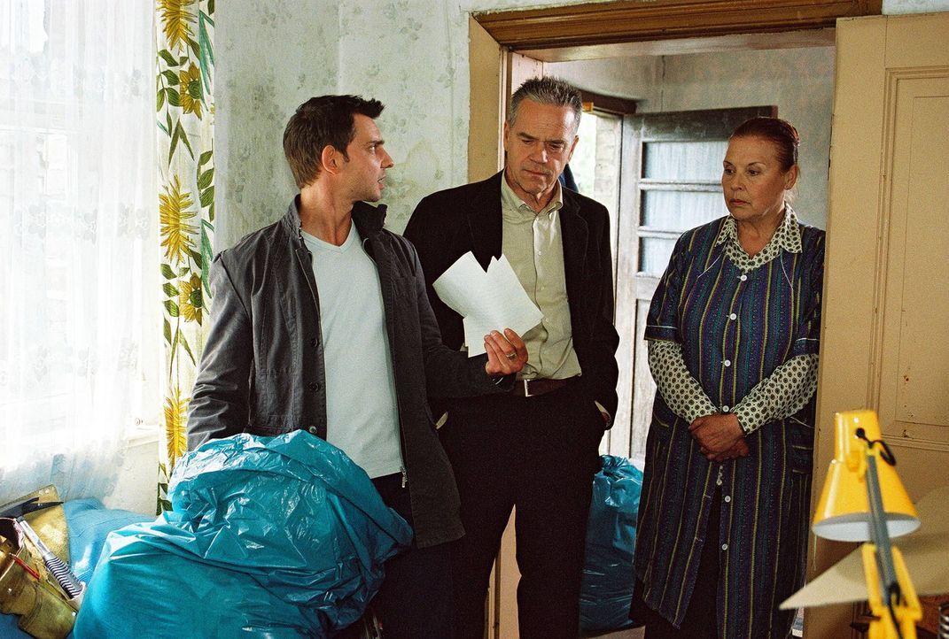 Wolff (Jürgen Heinrich, M.) und Tom (Steven Merting, l.) untersuchen das Zimmer des ermordeten Marco, dabei werden sie von Frau Liebig (Ursula Karus... - Bildquelle: Claudius Pflug SAT.1