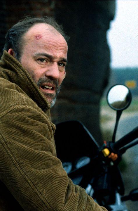 Der LKW-Fahrer Oskar Kunze (Heiner Lauterbach) hat nach dem Transport einer geheimen Fracht beunruhigende Krankheitssymptome. Der Arzt bestätigt das... - Bildquelle: Kiermeir SAT.1