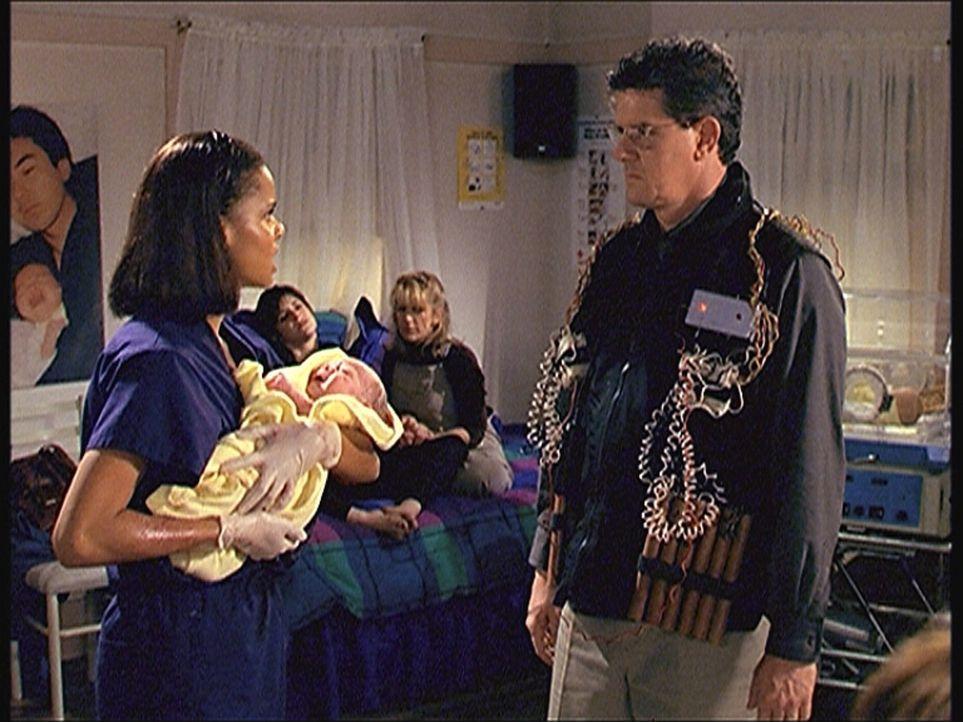 Amanda (Victoria Rowell, l.) beschwört den Geiselnehmner Bob (Sam McMurray, r.), die neugeborenen Babys und ihre Mütter freizulassen. - Bildquelle: Viacom