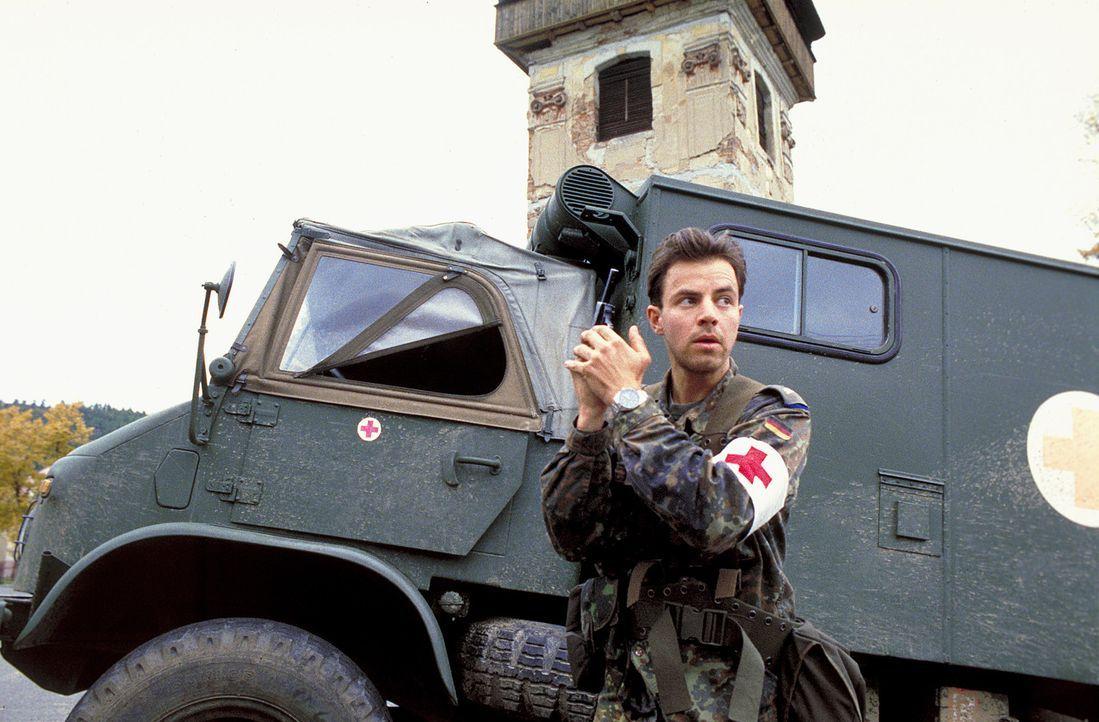 Im ehemaligen Jugoslawien scheint der junge Soldat Matthis (Felix Eitner), Mitglied der deutschen SFOR Truppen, völlig durchzudrehen und seine Kamer... - Bildquelle: Jiri Hanzl ProSieben