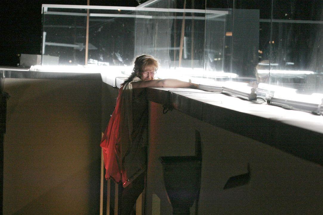 Beim Versuch, an die Kette zu gelangen, droht Lisa (Alexandra Neldel) abzustürzen ... (Dieses Foto von Alexandra Neldel darf nur in Zusammenhang mit... - Bildquelle: Noreen Flynn Sat.1