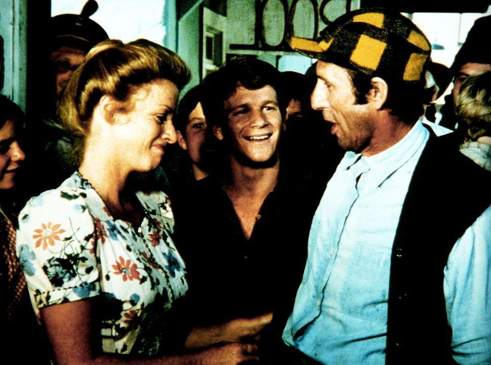 Für die Frischverheirateten Yancy (Robert Donner, r.) und Sissy (Cissy Wellman, l.) heißt es, bei Ben (Eric Scott, M.) und den anderen Abschied zu n... - Bildquelle: WARNER BROS. INTERNATIONAL TELEVISION