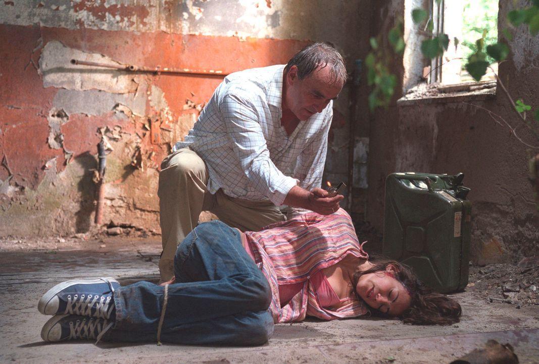 David Lindberg (Walter Kreye, l.) hat Johanna (Bettina Zimmermann, r.) überwältigt und in ihr Haus verschleppt ... - Bildquelle: Stefan Erhard Sat.1