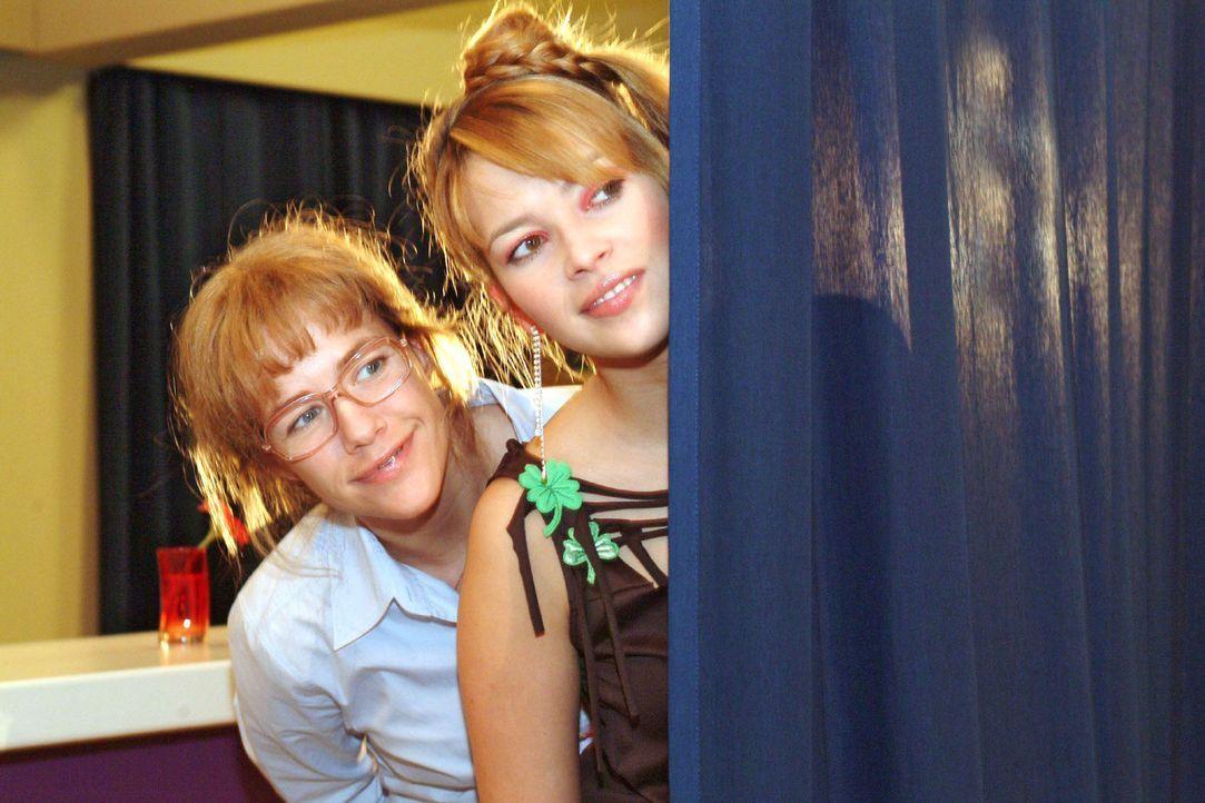 Lisa (Alexandra Neldel, l.) und Hannah (Laura Osswald, r.) beobachten gespannt Agnes' Gespräch mit Sabrina: Tappt diese in die inszenierte Falle - u... - Bildquelle: Monika Schürle Sat.1