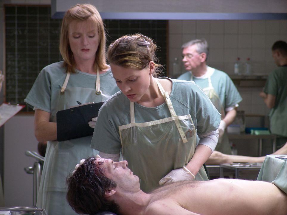 Für die talentierte Medizinstudentin Leo Herzog (Maria Simon, r.) bricht eine Welt zusammen: Ihr Freund Max (Clemens Löhr, liegend) ist tot, angebli... - Bildquelle: Volker Roloff ProSieben