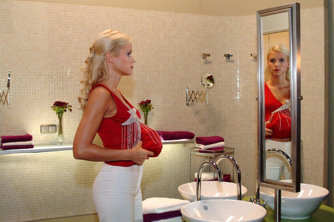 Sabrina (Nina-Friederike Gnädig) versucht ihre Scheinschwangerschaft perfekt aussehen zu lassen. - Bildquelle: Monika Schürle Sat.1