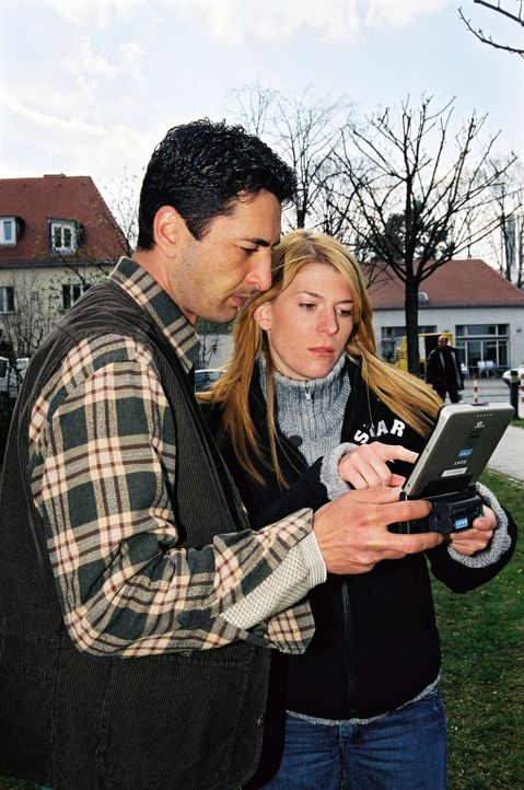 Das Ermittler-Duo Tekin Kurtulus (l.) und Katja Hansen (r.) im Einsatz - Bildquelle: Riedel Sat.1