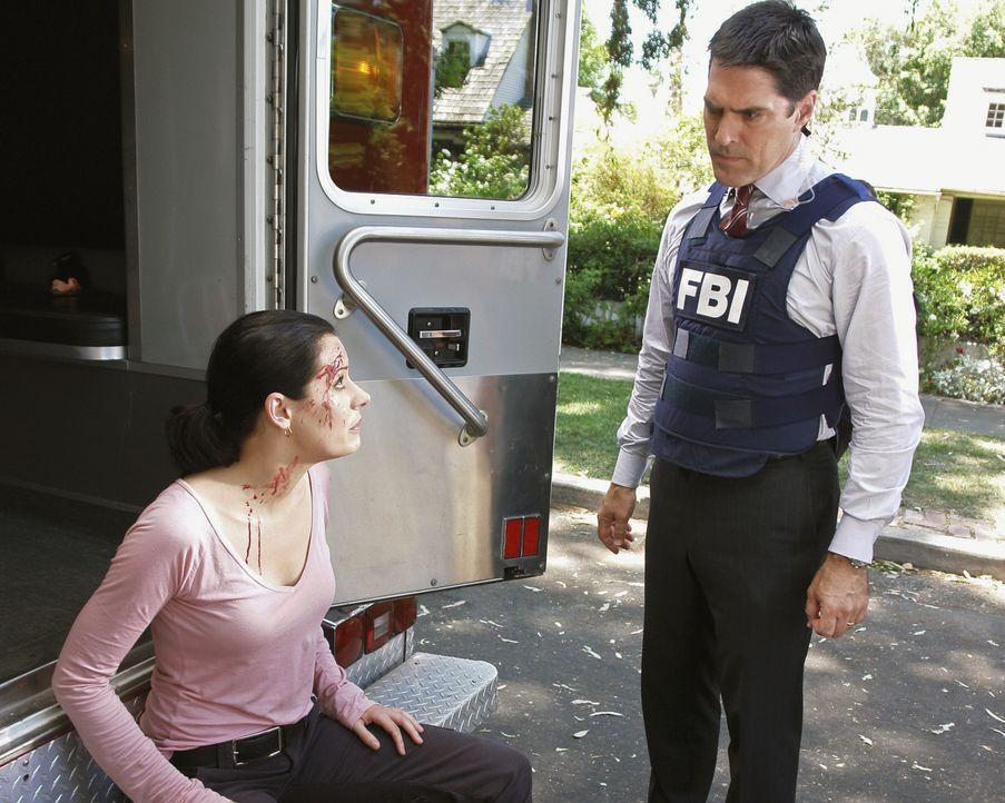 Hotch (Thomas Gibson, r.) macht sich Sorgen um Prentiss (Paget Brewster, l.), die sich bei dem Einsatz im Haus des Verdächtigen eine Kopfverletzung... - Bildquelle: Richard Cartwright 2007 ABC Studios. All rights reserved. NO ARCHIVE. NO RESALE. / Richard Cartwright