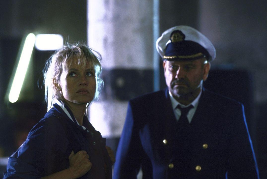 """Obwohl Suzanne (Anica Dobra, l.) lange Zeit nicht weiß, welches Ziel """"Kapitän Harris"""" (Klaus Löwitsch, r.) verfolgt, schlägt sie sich auf seine Seit... - Bildquelle: Pfeiffer ProSieben"""