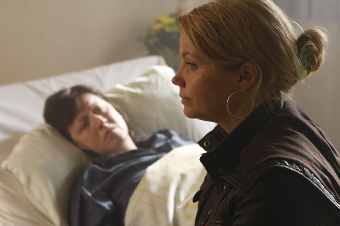 Die an Multiples Sklerose leidende Monika Plöger (Ingrit Dohse, l.) will nicht, dass ihr Sohn für ihre Pflege aufkommt und bittet deshalb Danni (Ann... - Bildquelle: Frank Dicks SAT.1