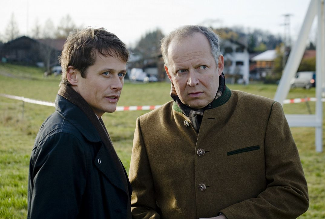 Niemand ahnt, dass der Bürgermeister Heinz Munzinger (Axel Milberg, r.) und der Bauunternehmer Thomas Hellstern (Roman Knižka, l.) ein rein persönli... - Bildquelle: Christian Hartmann SAT.1