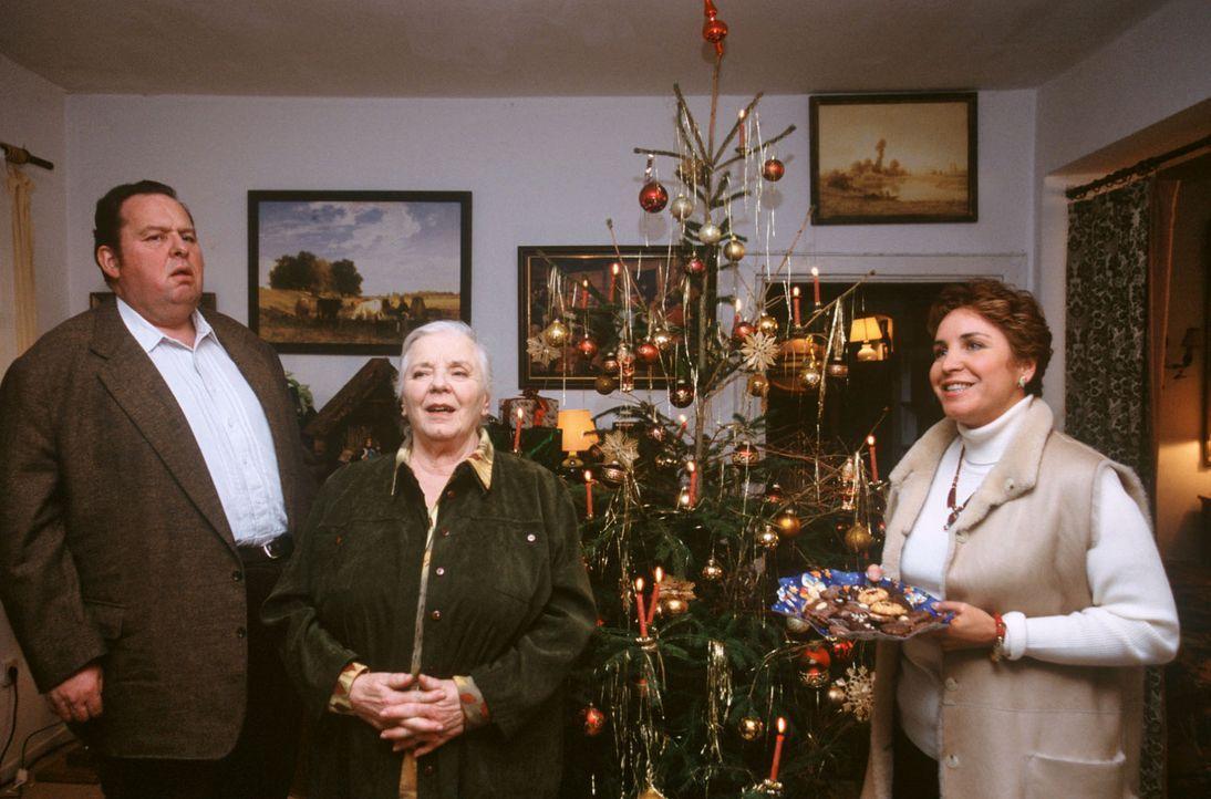Weihnachtliche Stimmung im Hause Berghammer: Benno (Ottfried Fischer, l.), Resi (Ruth Drexel, M.) und Sabrina (Katerina Jacob, r.) freuen sich über... - Bildquelle: Magdalena Mate Sat.1