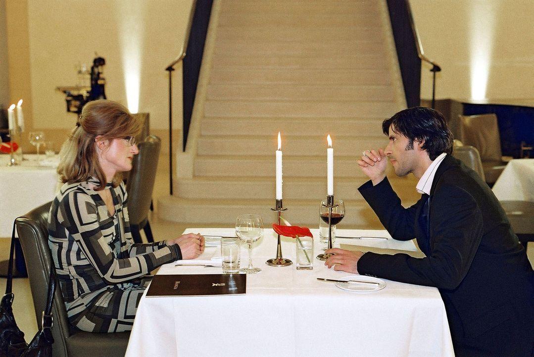 Gudrun (Nina Petri, l.) und Daniel (Pasquale Aleardi, r.) haben ein Rendezvous in einem italienischen Restaurant. Natürlich erliegt auch Gudrun sofo... - Bildquelle: Gordon Mühle Sat.1