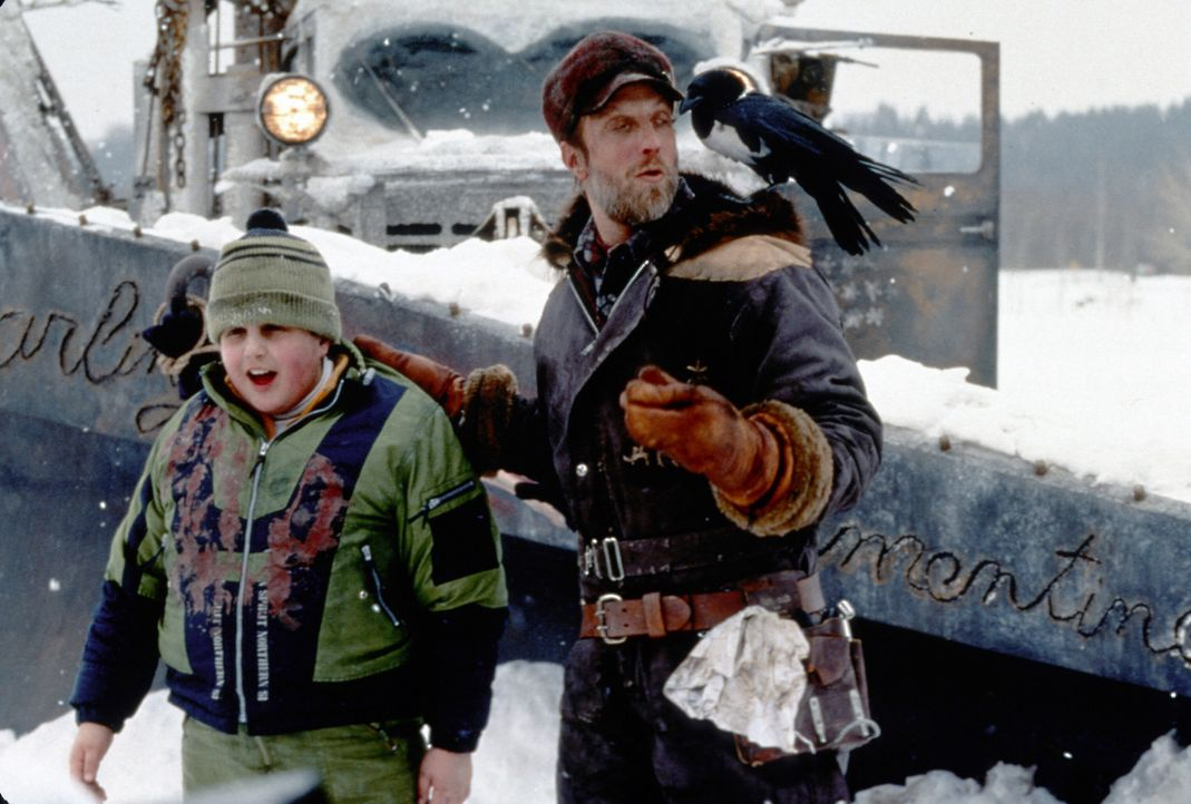 Der kleine Wayne (Josh Peck, l.) gerät in die Hände des ekelhaften Schneepflugfahrers (Chris Elliott, r.) ... - Bildquelle: TM, ® & © 2017 by Paramount Pictures. All Rights Reserved.