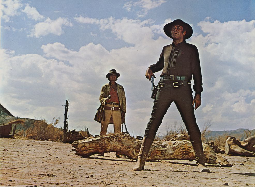 Der Mundharmonikaspieler (Charles Bronson, l.) und Killer Frank (Henry Fonda, r.) haben eine alte Rechnung zu begleichen ... - Bildquelle: TM &   2003 by Paramount Pictures Corporation. All rights reserved