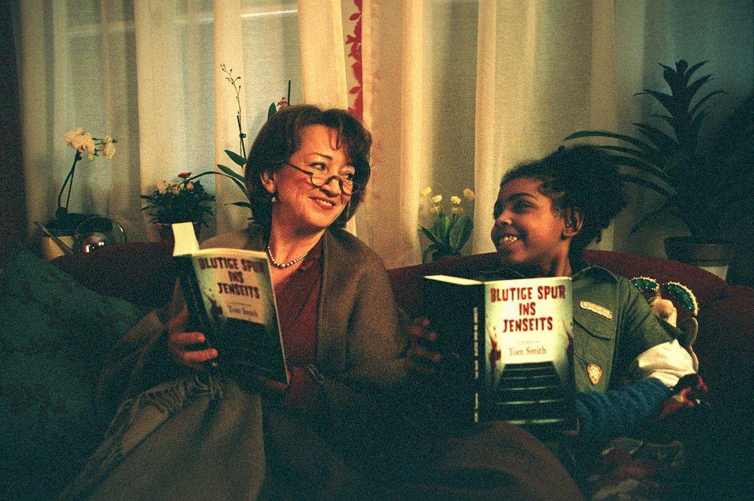 Martha (Barbara Focke, l.) und Bille (Kaddi Wandaogo, r.) verstehen sich auf Anhieb. - Bildquelle: Martin Lässig Sat.1