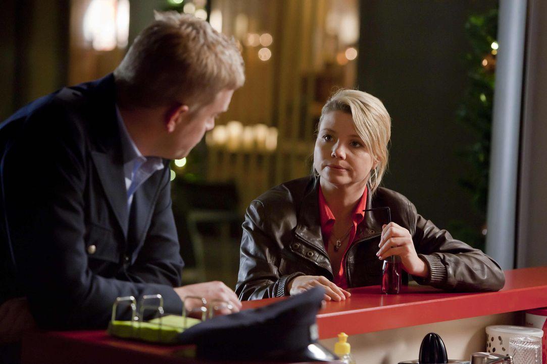 Ein Fall jagt den nächsten: Danni (Annette Frier, r.) legt sich für ihren neuen Mandanten, Sven (Sebastian Bezzel, l.) richtig ins Zeug ... - Bildquelle: Frank Dicks SAT.1