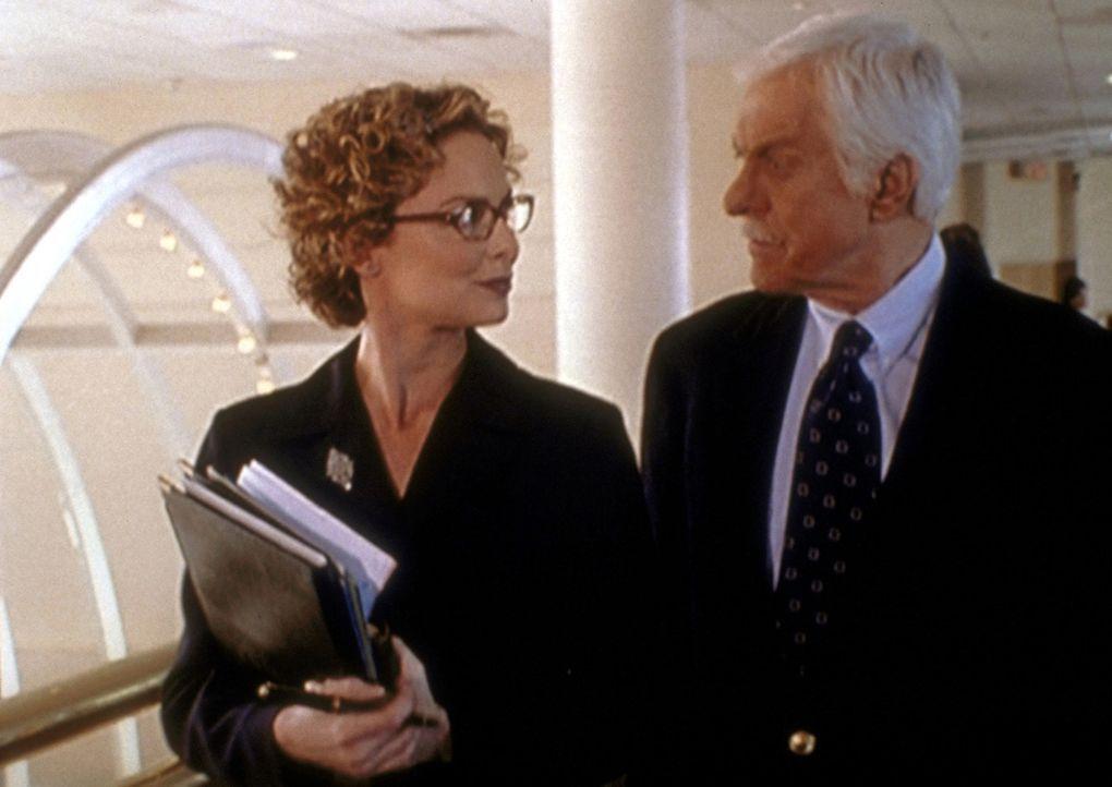Mark (Dick Van Dyke, r.) befragt die Promotionagentin Melanie zu dem harten Kampf um die Einschaltquoten. - Bildquelle: Viacom