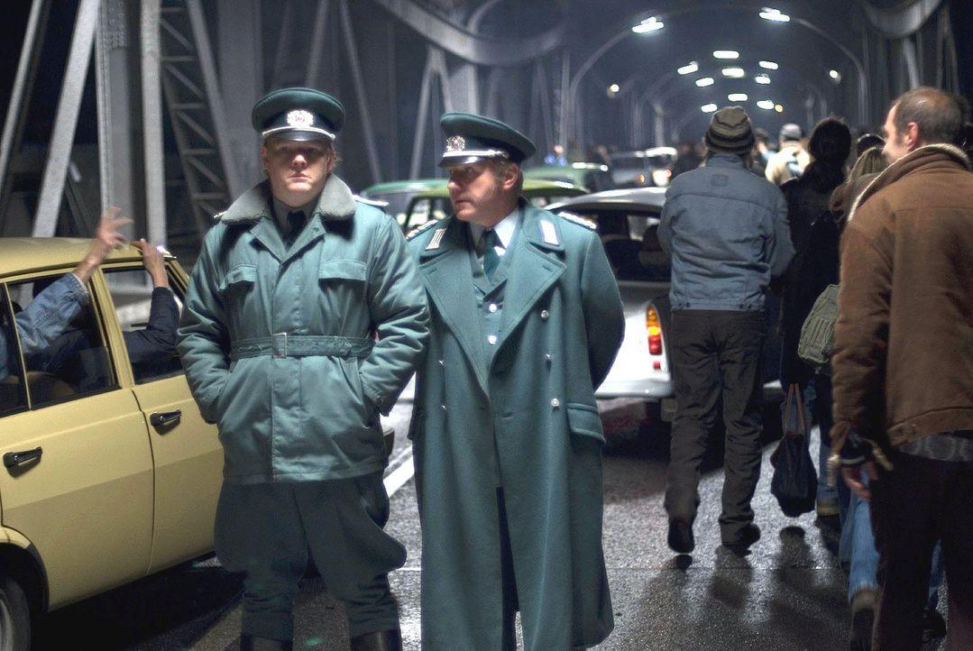 Der Damm ist gebrochen - die DDR-Bürger strömen in den Westen. Für den Volkspolizisten Götz Hoffmann (Oliver Bröcker, l.) und seinen Vater Bernd (Jö... - Bildquelle: Dirk Plamböck Sat.1