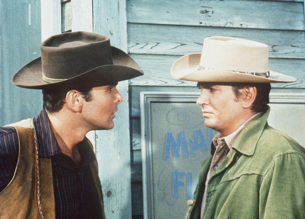Little Joe (Michael Landon, r.) gerät mit Dan Taggert aneinander. Da fordert Taggert Little Joe zu einem Duell am nächsten Morgen heraus ... - Bildquelle: Paramount Pictures