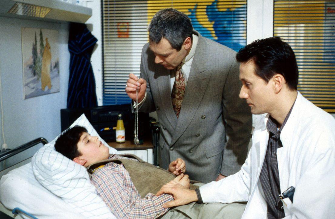 Der serbische Junge Branco (Dzemal Kasumovic, l.) wird von seinem Vater Slobo (Piotr Olev, M.) in die Klinik gebracht. Dr. Kampmann (Ulrich Reinthal... - Bildquelle: Daehn Sat.1