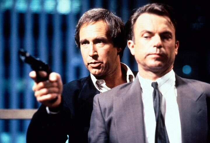 Spezialagent David Jenkins (Sam Neill, r.) und seine Kollegen machen Jagd auf den Unsichtbaren, den früheren Börsenmakler Nick Halloway (Chevy Chase... - Bildquelle: 1992 Warner Bros., Inc., Regency Enterprises VOF and Studio Canal+.  All rights reserved.